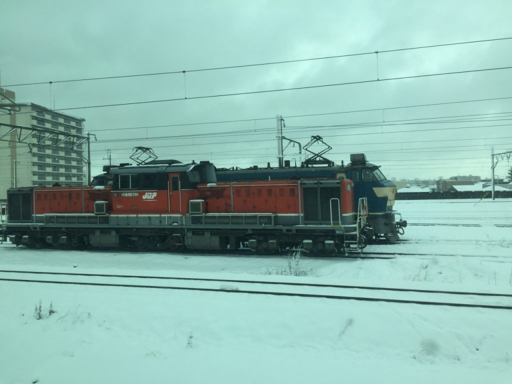 雪の中走る貨物列車