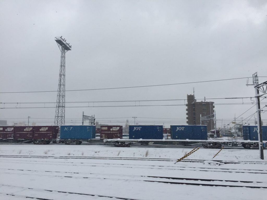 雪の中走る貨物